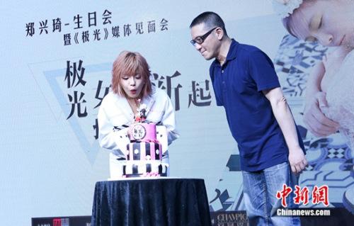郑兴琦&太合音乐集团高层代表高致远先生共同吹灭生日蜡烛