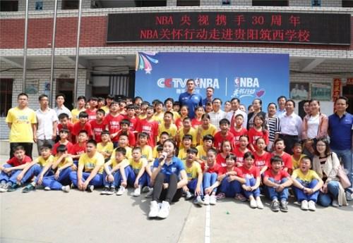 加裡納利與學生們合影。NBA中國供圖