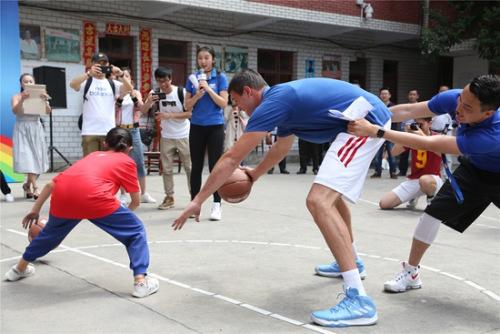 加裡納利與小姑娘運球決賽比拼。NBA中國供圖
