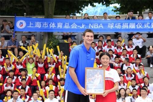 加裡納利與遵義第五十三中學的學生代表互贈禮品。NBA中國供圖
