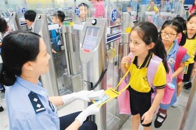 深圳边检为深港跨境学童提供更加安全便捷的通关服务。(边检供图)