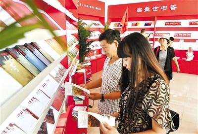6月1日,设在西柏坡纪念馆三楼的红色文学经典作品展示区吸引了众多读者。 记者 赵海江摄