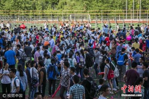 资料图:合肥高三学生考前减压,1分钟踩爆1.3万只气球。苏杨 摄 图片来源:视觉中国