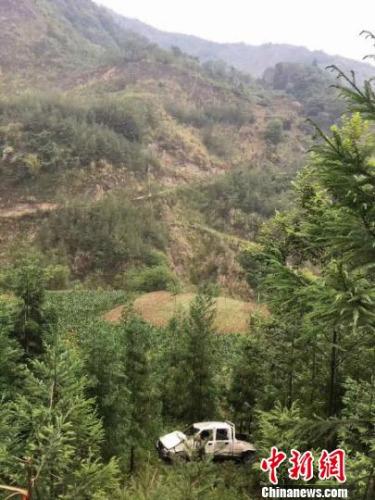 车辆翻坠近百米悬崖。警方提供