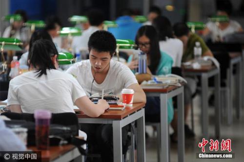 2017年6月2日,太原,山西省图书馆内座无虚席,备战高考的学子们正安静地坐在座位上读书、做题、查阅资料,偌大的阅览室内鸦雀无声。距离高考已经不足一周,学子们进入最后冲刺阶段,以最好的状态迎接人生大考。 图片来源:视觉中国