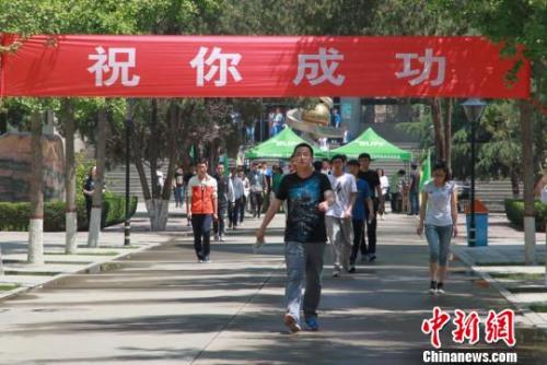 资料图:走出考场的考生  刘玉桃 摄
