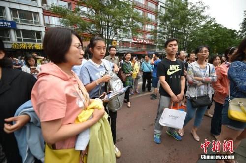 前来送考生参加考试的家长们。北京市考试院日前介绍,今年全市共有61222人报名参加高考,其中,55680人报名参加全国统考,5542人报名参加高职单考单招。 <a target='_blank' href='http://www.chinanews.com/' >中新网</a>记者 金硕 摄