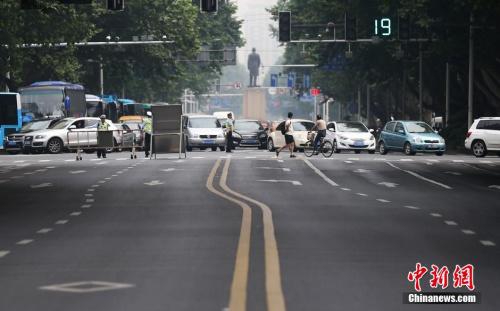 资料图;2017年6月8日下午3点,2014高考英语听力考试,南京交警将部分紧挨着考场的道路实行短时间封闭,以免噪音影响考生的考试。图为南京金陵中学考点门前的中山路上短时封闭道路。<a target='_blank' href='http://www.chinanews.com/'>中新社</a>发 泱波 摄
