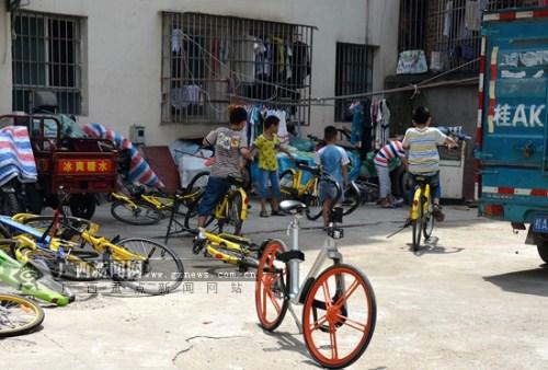 """一分半破锁共享单车被困城中村变小朋友""""玩具"""""""