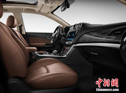 2017款唐搭载了开放式CarPad安卓车载系统的10.1英寸超高清触控大屏