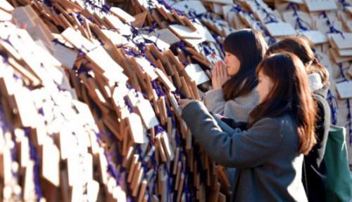 日本人很喜欢把命运寄托给神,除了逢年过节以外,类似就职升学前,日本人几乎都会专门来到祈祷升学的神社,将自己的希望寄托在神社里,祈祷自己能考上一个理想的大学。