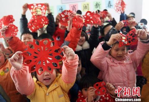 资料图:南京流动儿童学传统手艺传递幸福 。泱波 摄