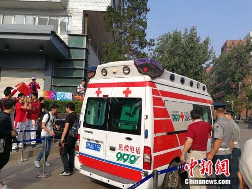 6月7日,一辆999急救车驶入人大附中考场内。 中新网记者 张尼 摄
