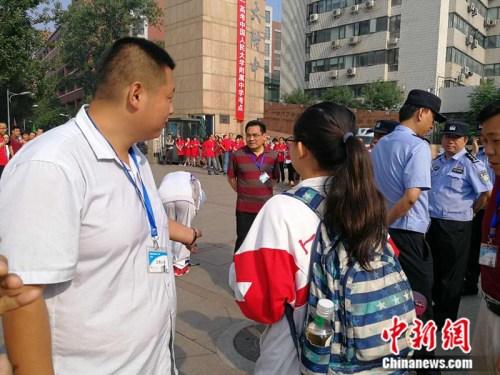 6月7日,人大附中考场外部署了多名警力负责维护考场秩序。 中新网记者 张尼 摄