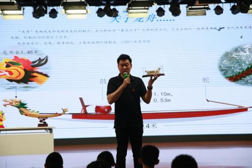 中华龙舟大赛组委会代表吴鹏为北京的孩子们介绍龙舟。组委会供图