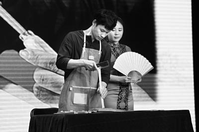 90后制扇师石国富为观众展示中国传统制扇工艺。
