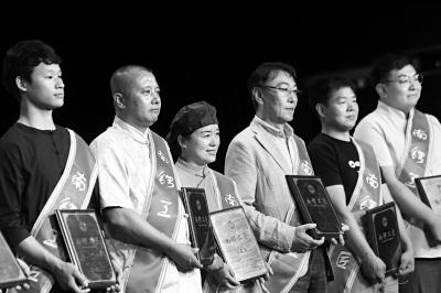 """昨天下午,东城区交道口街道表彰了8位具有工艺专长,掌握高超技艺的""""南锣工匠""""。 本报记者 孙�嗌�"""