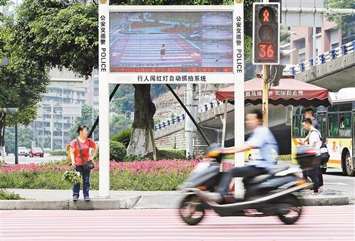 """位于黄泥塝立交的""""人脸识别""""系统,可对闯红灯的行人进行警示和视频抓拍。记者 罗斌 摄"""