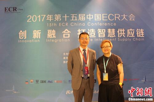 中国连锁经营协会副秘书长彭建真与怡食家总经理安利英在ECR大会合影