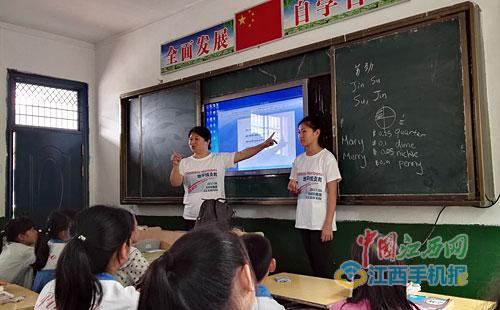 """""""洋老师""""在给孩子们上课。"""