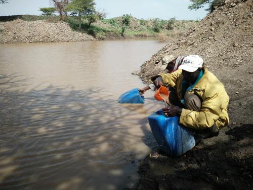 当地村民过去一直从泥塘里取水