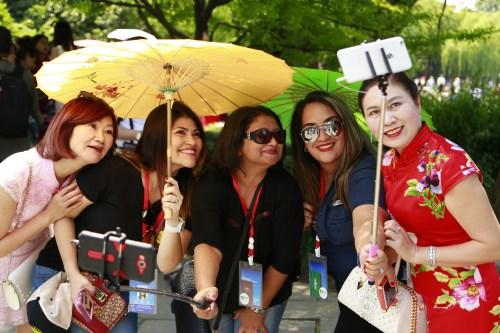 图为5月26日杭州全球旗袍日 王远摄