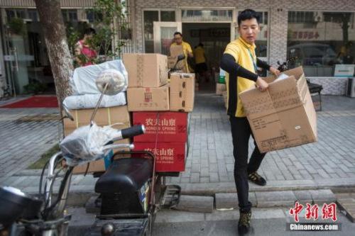 2016年7月,南京一名快递员在高温天气送货。中新社记者 泱波 摄