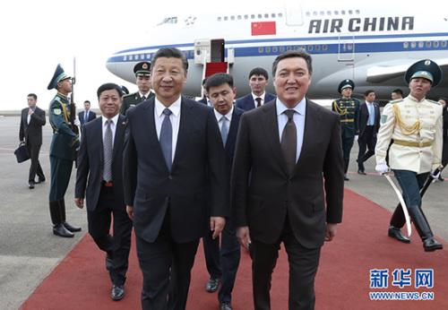 6月7日,国家主席习近平乘专机抵达哈萨克斯坦共和国首都阿斯塔纳,习近平在机场受到哈萨克斯坦第一副总理马明等热情迎接。 新华社记者 庞兴雷 摄 图片来源:新华网