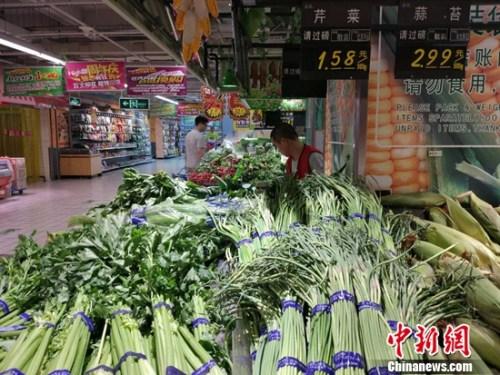 市民在超市买菜。记者 李金磊 摄