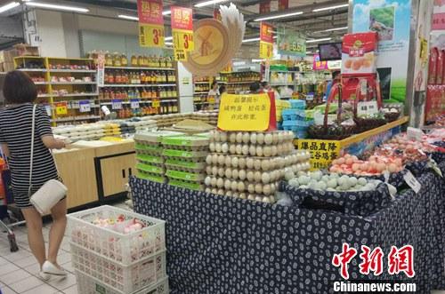 市民在超市选购鸡蛋。记者 李金磊 摄