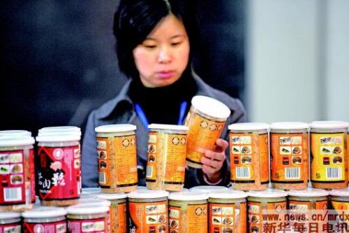 """▲购买肉松要选择正规渠道,选购前要看清配料表,豆粉在配料表中排名越靠前,证明添加量越大,""""肉味豆粉""""的配料表中甚至没有肉。 新华社资料照片"""
