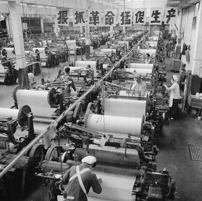 1968年5月,北京前进棉织厂织布车间。胡敦志/摄