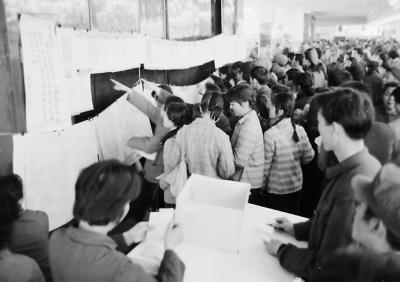 """1977年,北京印染厂在百货大楼举办""""的确良""""花布图案选样投票,群众踊跃参与。胡敦志/摄"""