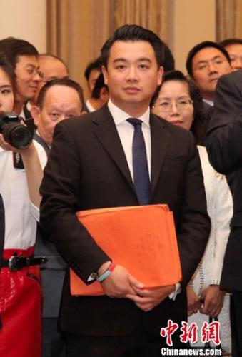 6月9日,英国大选陆续揭晓各选区选举结果,在汉普郡哈文特选区,代表保守党参选的华裔候选人麦艾伦(Alan Mak)再次当选,连任英国议会下议院议员。周兆军 摄