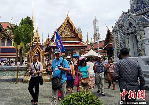 中国游客在泰国大皇宫内游览,感受泰国佛教文化。大皇宫是泰国诸多王宫之一,是历代王宫保存最完美、规模最大、最有民族特色的王宫。<a target='_blank' href='http://www.chinanews.com/'>中新社</a>记者 陈燕 摄