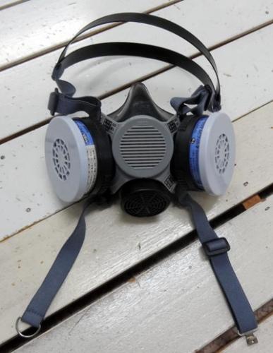 操作人员所戴的同款半面口罩,附有过滤器可遮住口鼻(由日本原子能研究开发机构提供)