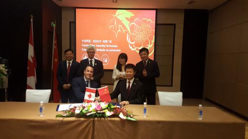 加拿大自然资源部副部长Frank Des Rosiers与日出东方董事长徐新建签署合作协议