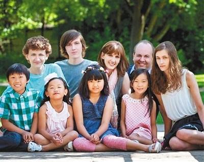 鑫杰(左四)和美国家人在一起 图片由鑫杰提供