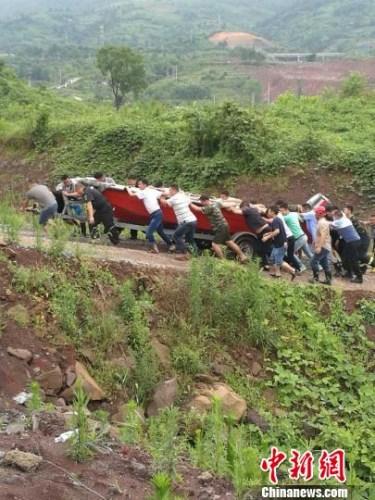 重庆合川骤降暴雨致30名工人被困消防成功救援