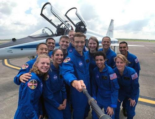 12名新入选的宇航员自拍。