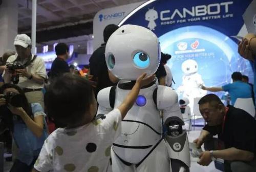 小朋友玩机器人。<a target='_blank' href='http://www.chinanews.com/'>中新社</a>发 韩海丹 摄