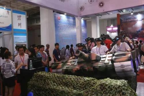观众戴VR眼镜坐坦克穿越森林。 <a target='_blank' href='http://www.chinanews.com/'>中新社</a>发 韩海丹 摄