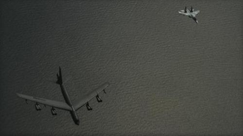 這張照片顯示,美軍一架B-52轟炸機在波羅的海上空遭俄空軍的蘇-27戰機攔截。