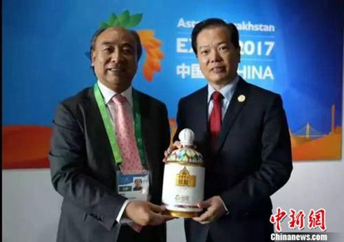 安徽古井集团董事长梁金辉(图左一)向世博会中国国家馆赠送古井贡世博纪念酒