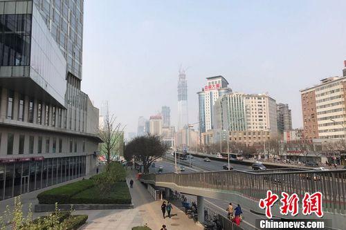 图为北京双井附近的写字楼和居民住宅楼。 <a target=