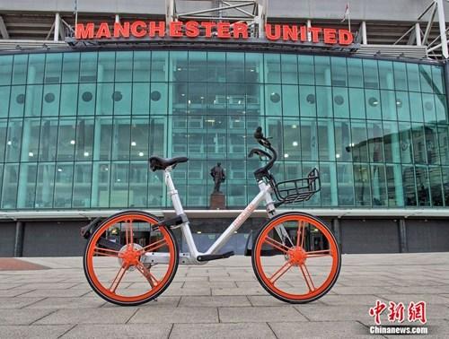 曼彻斯特地标――曼联队主场老特拉福德球场门前的摩拜单车
