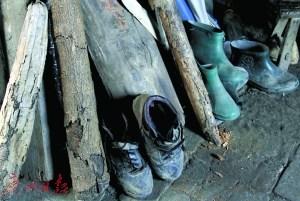刘汉清父母做工穿坏的鞋子