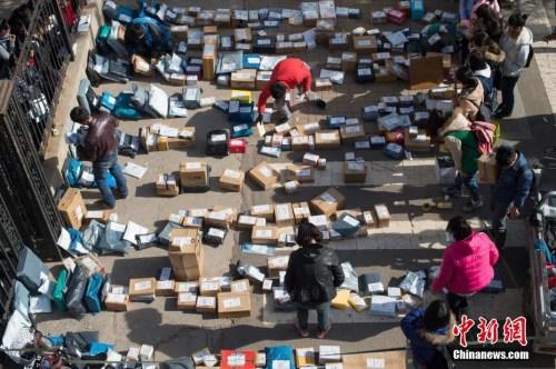 资料图:大学校园外摆满各个物流公司发来的快递。 武俊杰 摄