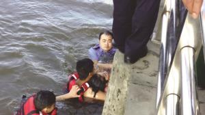 女子和丈夫吵架后跳河轻生警察水中托顶5分钟(图)