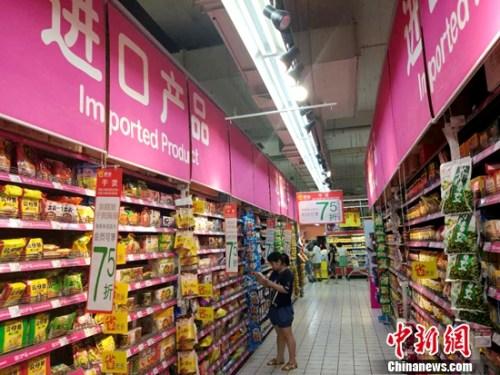 民众正在超市里购物。<a target='_blank' href='http://www.chinanews.com/' >中新网</a>记者 李金磊 摄